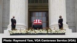 美國最高法院大法官金斯伯格的靈柩繼續在星期四(9月24日)安放在最高法院正門外供人瞻仰 (美國之音/任敬揚)