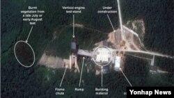 북한이 평안북도 철산군 동창리 서해 발사장의 시설들을 계속 확충하고 있다고 북한전문 웹사이트 '38노스'가 3일(현지시간) 밝혔다. 38노스는 지난달 27일과 1일 각각 촬영된 상업용 위성사진을 비교 분석한 결과, 이동식 구조물이 발사대와 발사준비용 건물 사이를 오가고 있음이 나타났다고 지적했다. 38노스가 분석한 동창리 서해 발사장 위성사진.
