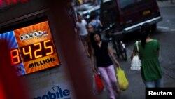 미국 뉴욕의 한 편의점 전광판에 복권 당첨액수를 표시한 전광판이 걸려있다. (자료사진)