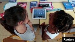 Es bastante común que los niños compren juegos o aplicaciones accidentalmente mientras juegan con el teléfono de sus padres.