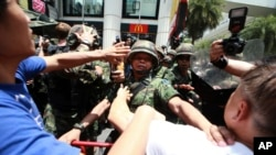 25일, 태국 수도 방콕에서 군사 쿠데타에 항의하는 시위자들과 이들을 저지하려는 군인들 사이에 실랑이가 벌어지고 있다.