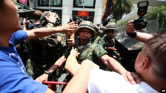 Thai soldiers scuffle with protesters during an anti-coup demonstration in Bangkok, Thailand, May 25, 2014.