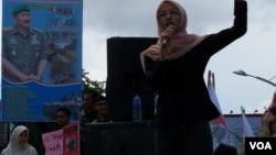 Seorang aktivis Aceh berorasi dalam peringatan hari HAM Internasional di Banda Aceh (10/12).