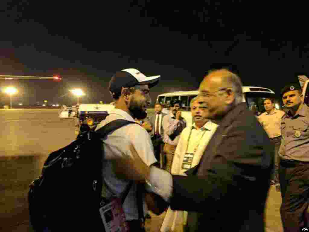 ٹیم کپتان فاف ڈوپلیسی کی قیادت میں پیر کو علی الصباح لاہور کے علامہ اقبال انٹرنیشنل ایئرپورٹ پہنچی