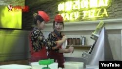 싱가포르 출신 아람 판 씨가 평양에서 촬영한 피자식당 동영상이 인터넷에서 화제다. 사진은 유튜브에 올라온 영상에서 피자요리를 준비하는 종업원들.