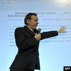 """""""WikiLeaks"""" bosh muharriri Julian Assanj hujjatlar mazmuni bilan tanishtirmoqda"""