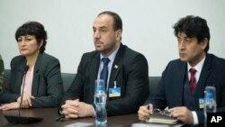 나스르 알-하리리 반정부 협상대표(가운데)가 지난달 24일 스위스 제네바에서 열린 시리아 평화회담에 참석했다. (자료사진)