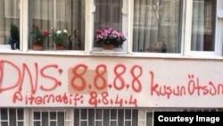آدرس دی. ان. اس گوگل بر روی ساختمانی در ترکيه اسپری شده است