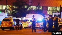 19일 새벽 영국 런던 북부 핀즈버리파크 이슬람 사원 주변에서 이슬람 교도들을 겨냥한 차량돌진 공격이 발생했다. 경찰관들이 현장 주변을 통제하고 있다.