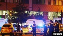 Policías británicos aseguran la escena del atropello frente a Mezquita de Finsbury Park, una de las más grandes del país.