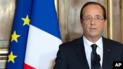 Presiden Prancis François Hollande menyampaikan pidato berkenaan dengan situasi terakhir di Afghanistan, di mana empat tentara Prancis tewas dan lima cedera dalam serangan bom di bagian timur negara itu (foto, 9/6/2012).