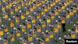 2015年3月26日浙江省临海市学生手持足球做早操