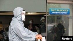 Un viajero que se dirige a Estados Unidos se protege con una máscara facial en el aeropuerto principal de Managua, Nicaragua, en mayo de 2020.