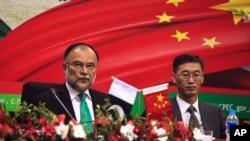 រូបភាពឯកសារ៖ លោក Yao Jing ឯកអគ្គរដ្ឋទូតចិនប្រចាំប្រទេសប៉ាគីស្ថាន (រូបស្តាំ) ចូលរួមក្នុងកម្មវិធីសម្ភោធផែនការសហប្រតិបត្តិការរយៈពេលវែង CPEC នៅក្នុងក្រុង Islamabad ប្រទេសអាហ្វហ្គានីស្ថាន កាលពីថ្ងៃទី១៨ ខែធ្នូ ឆ្នាំ២០១៧។