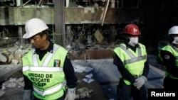 Nhân viên điều tra tại hiện trường sau vụ nổ tại trụ sở chính của tổng công ty dầu khí Pemex ở Mexico City.