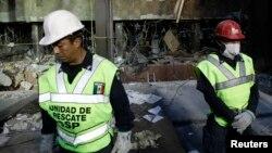 Los equipos de rescate siguen buscando personas bajo los escombros en los sótanos del edificio de PEMEX en ciudad de México.