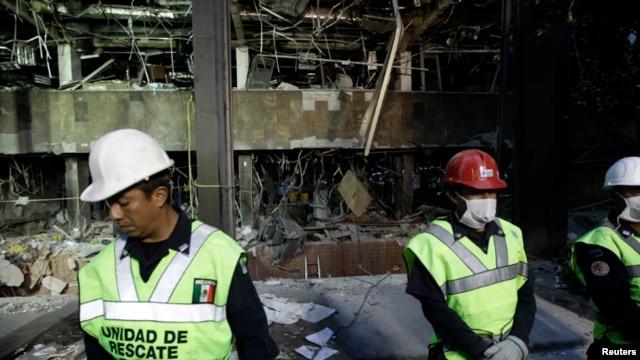 Hiện trường sau vụ nổ bên trong trụ sở công ty dầu khí Pemex ở Mexico City, ngày 1/2/2013.