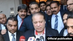 Prime Minister Muhammad Nawaz Sharif talking to media persons upon his arrival in London on December 2, 2014