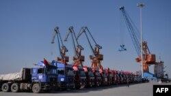 Truk-truk China terlihat di pelabuhan Gwadar, Pakistan (13/11). Beijing menanam lebih dari 60 miliar dolar dalam proyek infrastruktur dan energi di Pakistan.