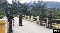 Personel Brimob bersiaga di dusun Maros, Desa Kilo, Kecamatan Poso Pesisir Utara, Kabupaten Poso Sulawesi Tengah (4/3) (Foto: VOA/Yoanes Litha).