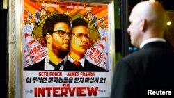 "Petugas keamanan menjaga pintu masuk bioskop United Artists dalam pemutaran perdana film ""The Interview"" di Los Angeles, California (11/12). (Reuters/Kevork Djansezian)"