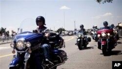 Les anciens du Vietnam ou leurs descendants faisant le tour de la ville sur leurs motos