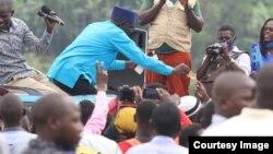 Mgombea kiti cha Rais Patrick Amuriat Oboi akifanya campani miongoni mia vijana