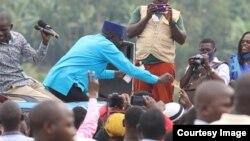 Patrick Amuriat Oboi, mgombea urais nchini Uganda akiwa katika kampeni.