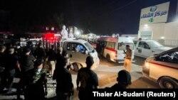 Orang-orang berkumpul di luar rumah sakit Ibn Khatib setelah kebakaran akibat ledakan tangki oksigen di Baghdad, Irak, 25 April 2021. (Foto: REUTERS/Thaier Al-Sudani)