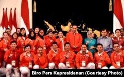 Presiden Joko Widodo dan ibu negara Iriana berfoto bersama para atlet Indonesia yang bertanding di Asian Games 2018, di Istana Negara.