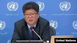 Kim Yong Ho, direktur divisi urusan HAM dan kemanusiaan Kementerian Luar Negeri Korea Utara berbicara kepada media di New York, Selasa (15/11).