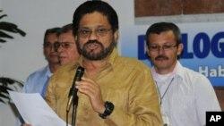 El jefe negociador de las FARC, Iván Márquez, hace declaraciones en La Habana. En marzo fue absuelto por el asesinato de un obispo, en un fallo que se dio a conocer este miércoles.