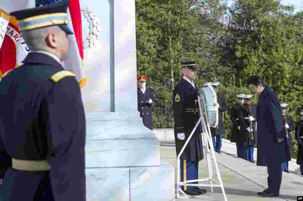 ادای احترام نخست وزیر ژاپن به بنای سرباز گمنام در قبرستان ملی آرلینگتون.