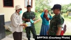 Pembagian masker oleh petugas di Pos Pengamatan Merapi Desa Ngepos, Kecamatan Srumbung, Magelang, Jawa Tengah, Senin, 21 Mei 2018. (Foto: BPPTKG)