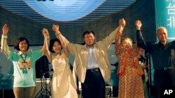 Thị trưởng Đài Bắc mới đắc cử Ko Wen-je, giữa, chia vui với gia đình, bạn bè, và những người ủng hộ ở Đài Bắc, Đài Loan, 29/11/2014.