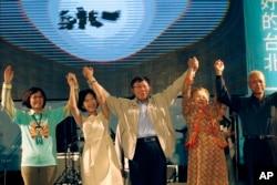 台北市长当选人柯文哲和亲友与支持者一起欢呼胜利(2014年11月29日)