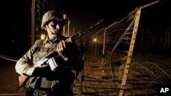 10일 인도와 파키스탄 접경지대인 카슈미르 지역에서 경계 근무 중인 인도 병사. (자료사진)