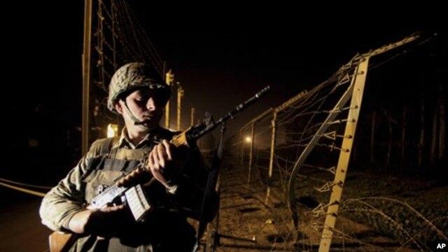 Binh sĩ biên phòng Ấn Độ (BSF) canh gác tại Garh, khoảng 27 km (17 dặm) về phía nam Jammu, Ấn Độ, ngày 10/1/2013.