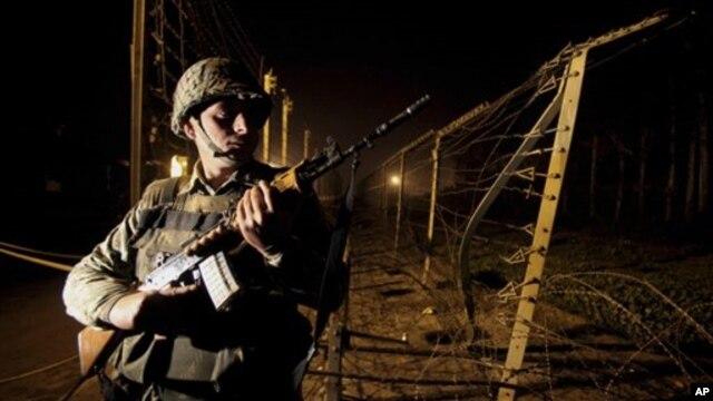 Lực lượng an ninh biên giới Ấn Độ (BSF) canh phòng trong cuộc tuần tra đêm gần hàng rào biên giới ở Suchet Garh, ngày 10/1/2013.
