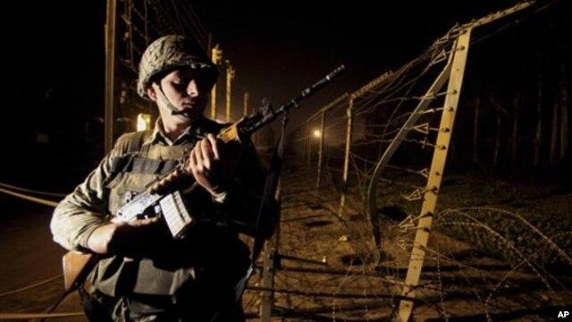 10일 인도와 파키스탄 접경지대인 카슈미르 지역에서 보초를 서고 있는 인도 병사.