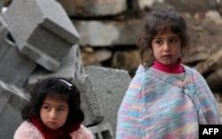 Seyyar Aşevinde yemek kuyruğunda bekleyen iki kız çocuğu