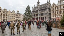 Tentara Belgia melakukan patroli di kawasan Grand Place, Brussels Selasa (29/12).