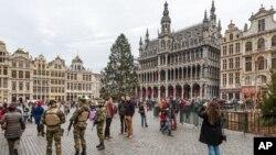 Pasukan keamanan Belgia berpatroli sementara para turis berkunjung ke Grand Place di Brussels, Selasa, 29 Desember 2015.