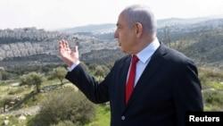 اسرائیلی وزیر اعظم بنیامین نیتن یاہو مغربی کنارے کا دورہ کرتے ہوئے (فائل)