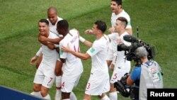 Les coéquipiers de Ronaldo le félicite pour le but contre le Maroc à la 4e minute, lors du Mondial 2018, le 20 juin 2018.