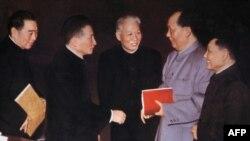 历史照片:五位中共政治局常委在北京的中共中央委员会会议上。左起:周恩来,陈云,刘少奇,毛泽东,邓小平。在这张照片的原版上,两侧还有朱德和林彪。(1962年)