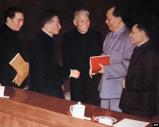 1962年,5位中共政治局常委在北京的中共中央委員會會議上。 左起:周恩來,陳雲,劉少奇,毛澤東,鄧小平。 在這張照片的原版上,兩側還有朱德和林彪。 林彪被中共當局否定。
