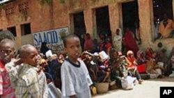 صومالی بچے ہاتھوں میں برتن لئے کھانے کے انتظار میں
