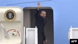 Tổng thống Obama vẫy chào trước khi lên đường đến bang Wisconsin, ngày 26/1/2011