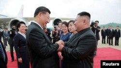 지난 6월 평양을 방문한 시진핑 중국 국가주석이 김정은 북한 국무위원장의 공항 영접을 받았다.